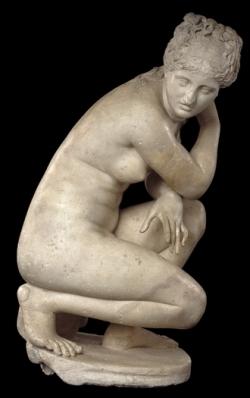 Venus en cuclillas en el baño, copia romana de una escultura helenística