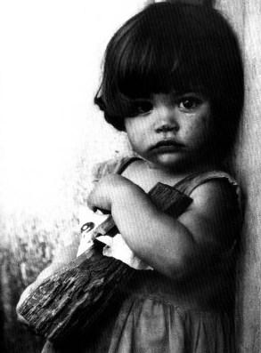 Niña con muñeca de palo, de Alberto Korda